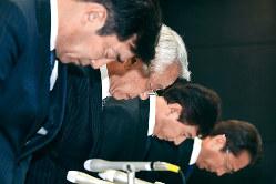 創業家出身の深山英世社長(左から2人目)らが取締役を退任するなど経営刷新を発表したが……