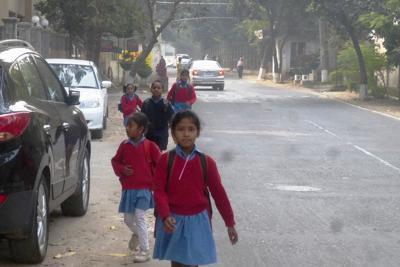 制服を着て通学する子どもたち。彼らを待つ未来は?(写真は筆者撮影)