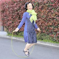 「背が高くなりたいと思って買った一つ歯げたで、縄跳びを跳んだことも」=東京都渋谷区で、山下浩一撮影