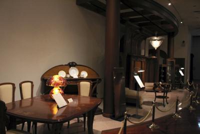 ショーケースでの展示だけでなく、家具や照明は部屋のような配置で展示され、より身近に鑑賞できる=群馬ガラス工芸美術館で
