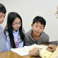 ボランティアによる日本語教室で学ぶフィリピンからきた3きょうだい=埼玉県越谷市で、奥山はるな撮影