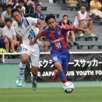 日本クラブユース選手権 チームを勝利に導いたFC東京の久保建英(右)=味の素フィールド西が丘で2016年8月2日、鈴木英世撮影