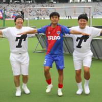 磐田に勝利し、サポーター達の前でポーズを取るFC東京の久保建英(中央)=東京・味の素スタジアムで2019年5月12日、宮武祐希撮影