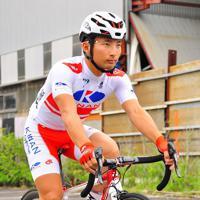 日本選手権覇者だけが1年間、着ることが許されるチャンピオンジャージーを着て自転車に乗る山本元喜=和歌山県新宮市で、田中将隆撮影