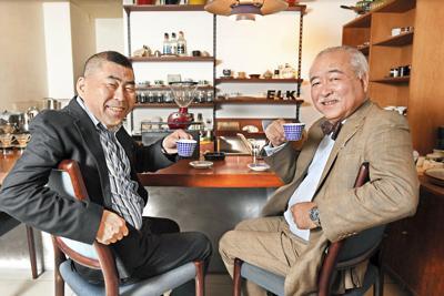 コーヒーを楽しむ桂南光さん(左)とフードコラムニストの門上武司さん