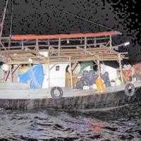 日本海の大和堆周辺海域で海上保安庁の巡視船が確認した北朝鮮の漁船=2019年5月下旬(海上保安庁提供)