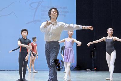 コンクール最終日の記念公演に向けて、参加者に振り付けを指導する岩田守弘さん(中央)=ロシア東シベリアのウランウデで5月4日、大前仁撮影