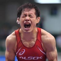 男子フリースタイル57㌔級で優勝し、喜びを表す高橋侑希=東京・駒沢体育館で2019年6月15日、徳野仁子撮影