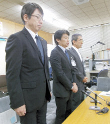 Gifu Municipal Government officials apologize for a sexual harassment incident involving three contract-based employees at the city hall on June 14, 2019. (Mainichi/Ryusuke Takahashi)