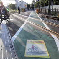永福町5号踏切は道路と線路が斜めに交差する。死亡事故の後、側溝は目の細かい蓋に交換された=東京都杉並区で、長谷川直亮撮影