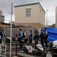 警察官が刺され拳銃が奪われた現場の交番付近を調べる捜査員ら=大阪府吹田市で2019年6月16日午前7時半ごろ、島田智撮影