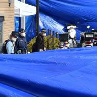 警察官が襲われ、拳銃が奪われた千里山交番付近を調べる捜査員ら=大阪府吹田市で2019年6月16日午前7時57分、平川義之撮影