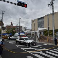 規制線が張られ、通行止めとなった千里山交番付近=大阪府吹田市で2019年6月16日午前8時1分、平川義之撮影