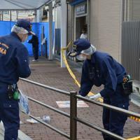警察官が襲われた千里山交番周辺を調べる捜査員ら=大阪府吹田市で2019年6月16日午前8時6分、平川義之撮影