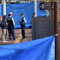警察官が襲われ、拳銃が奪われた千里山交番周辺を調べる捜査員ら=大阪府吹田市で2019年6月16日午前7時54分、平川義之撮影