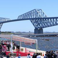 完成した海の森水上競技場から臨む東京ゲートブリッジ=東京湾岸で2019年6月16日午前10時35分、北山夏帆撮影