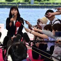 海の森水上競技場の完成披露式典に出席し、記者の取材に応えるパラリンピックカヌーの瀬立モニカ選手=東京湾岸で2019年6月16日午前10時53分、北山夏帆撮影