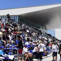 完成した海の森水上競技場でレガッタを観戦する人たち=東京湾岸で2019年6月16日午後0時54分、北山夏帆撮影