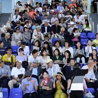 完成した海の森水上競技場でレガッタを観戦する人たち=東京湾岸で2019年6月16日午後1時49分、北山夏帆撮影