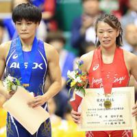 女子フリースタイル57キロ級の表彰で笑顔を見せる川井梨紗子(右)と伊調馨=東京・駒沢体育館で2019年6月16日、梅村直承撮影
