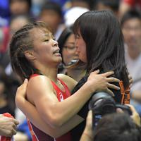 女子57キロ級で優勝し、妹の友香子(右)と抱き合って喜ぶ川井梨紗子=東京・駒沢体育館で2019年6月16日、徳野仁子撮影