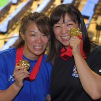 金メダルを手に笑顔を見せる女子57キロで優勝した川井梨紗子(左)と同62キロ級で優勝した友香子の姉妹=東京・駒沢体育館で2019年6月16日午後4時24分、徳野仁子撮影