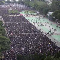 出発地点に入りきれなくなったデモの参加者たち。今回のデモのイメージカラーとなった黒い服を着ている人が多い=香港・ビクトリア公園そばで2019年6月16日午後2時45分、福岡静哉撮影