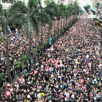 条例改正の撤回を求めるデモ隊は幹線道路を埋め尽くした=香港・湾仔で2019年6月16日午後4時7分、福岡静哉撮影