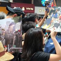 機動隊による攻撃で血を流す若者らの写真を掲げて行進する市民ら=香港・銅鑼湾で2019年6月16日午後3時8分、福岡静哉撮影