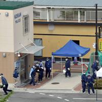 警察官が襲われ、拳銃が奪われた千里山交番前を調べる捜査員ら=大阪府吹田市で2019年6月16日午前9時25分、平川義之撮影
