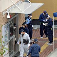 警察官が襲われ、拳銃が奪われた千里山交番を調べる捜査員ら=大阪府吹田市で2019年6月16日午前9時15分、平川義之撮影