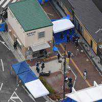 警察官が刺され、拳銃が奪われた千里山交番周辺を調べる捜査員ら=大阪府吹田市で2019年6月16日午前8時31分、本社ヘリから大西達也撮影