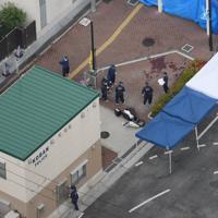 警察官が刺され拳銃を奪われた千里山交番付近を調べる捜査員ら=大阪府吹田市で2019年6月16日午前8時半、本社ヘリから大西達也撮影