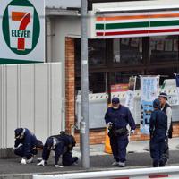 事件に関する目撃情報があった現場付近を調べる捜査員ら=大阪府豊中市で2019年6月16日午前10時17分、小松雄介撮影