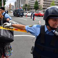 事件に関する目撃情報があった現場付近を調べる警察官ら=大阪府豊中市で2019年6月16日午前9時35分、小松雄介撮影