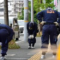 事件に関する目撃情報があった現場付近を調べる捜査員ら=大阪府豊中市で2019年6月16日午前10時41分、小松雄介撮影