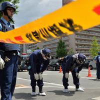事件に関する目撃情報があった現場付近を調べる捜査員ら=大阪府豊中市で2019年6月16日午前10時32分、小松雄介撮影