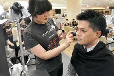 「FIVEISM × THREE」の期間限定店では無料の化粧体験も行われた=名古屋市中村区で