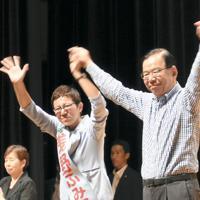演説会に駆け付けた共産党の志位委員長(右)とともに手を振る浅野氏=千葉県習志野市で