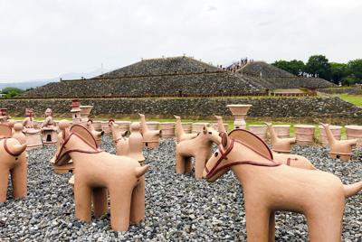 石葺きと約6000個の埴輪で当時の姿を再現した前方後円墳「八幡塚古墳」=いずれも群馬県高崎市で