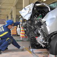 暴走し事故を起こした車を調べる鑑識官=福岡市早良区で2019年6月5日午前10時43分、徳野仁子撮影
