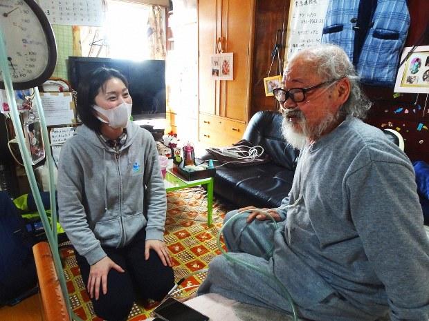田島さん(右)の体調を尋ねる石山さん。小さな体調の変化も見逃さない=川崎市内で2019年3月20日、鈴木敬子撮影