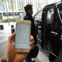 モネと三菱地所が実証実験で走らせたオンデマンド通勤シャトル。専用アプリで乗車場所や時間を予約し、複数の通勤者が相乗りした=東京都千代田区で2019年3月1日、松本尚也撮影