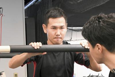 トレーニングに励む高山勝成(左)=東京都渋谷区で2019年5月29日、根岸基弘撮影