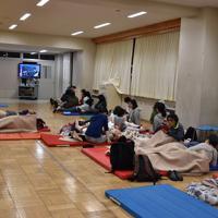 地震発生を受け、建物の4階に設けられた避難所に続々と避難する人々=新潟市中央区の市立新潟小で2019年6月18日午後11時38分、露木陽介撮影