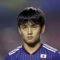 サッカー南米選手権【日本-チリ】試合開始を待つ日本の久保建英。18歳13日で先発した=ブラジル・サンパウロで2019年6月17日、AP