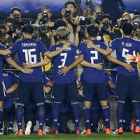 サッカー南米選手権【日本-チリ】試合開始を待つ日本の選手たち=ブラジル・サンパウロで2019年6月17日、AP