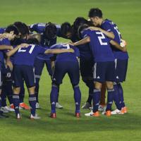 サッカー南米選手権【日本-チリ】試合前円陣を組む日本の選手たち=ブラジル・サンパウロで2019年6月17日、AP