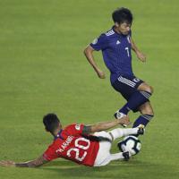 サッカー南米選手権【日本-チリ】前半、ドリブル突破を狙う日本の柴崎=ブラジル・サンパウロで2019年6月17日、AP