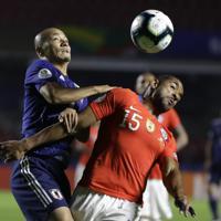 サッカー南米選手権【日本-チリ】前半、チリの選手と競り合う日本の前田=ブラジル・サンパウロで2019年6月17日、AP